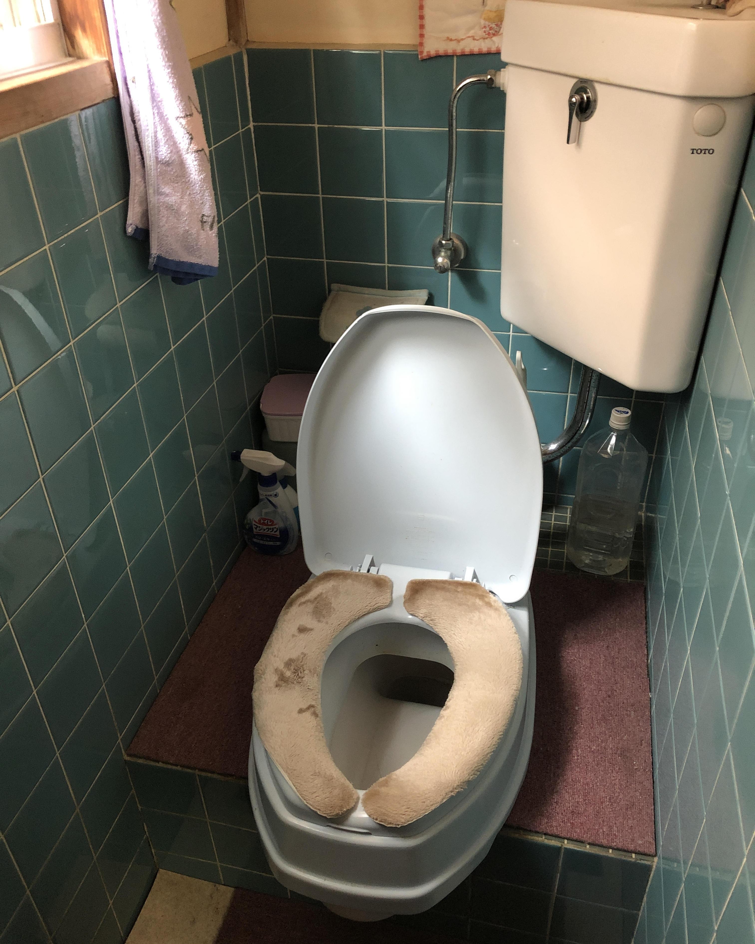 F様邸。簡易トイレから洋式トイレへのリフォーム事例です。