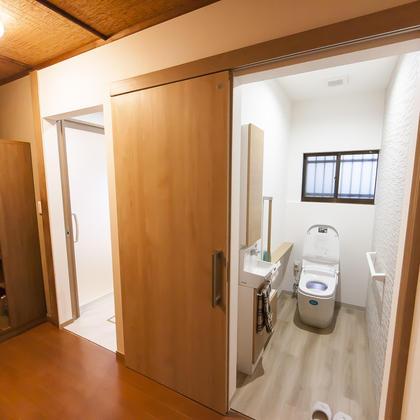 浴室、洗面脱衣室、トイレを含む水廻りのフルリニューアルです。  最適な空間を確保するため、既存の壁を撤去して再度間仕切り壁を施工しました。