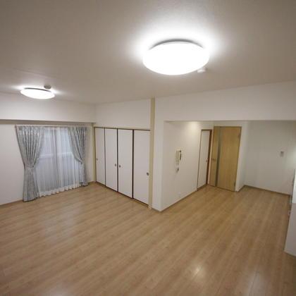 マンション・リノベーションです。和室2室を含む4LDKのお部屋を、広びろとした2LDKにリノベーション。もちろん水廻りは一新されました。
